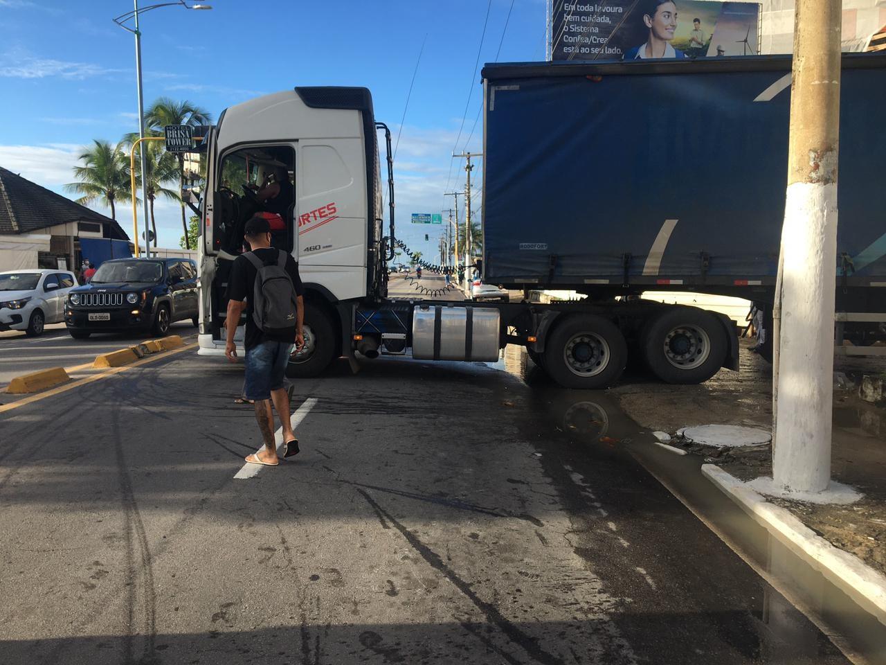Carreta quebra e trânsito fica congestionado na Av. Álvaro Otacílio, em Maceió