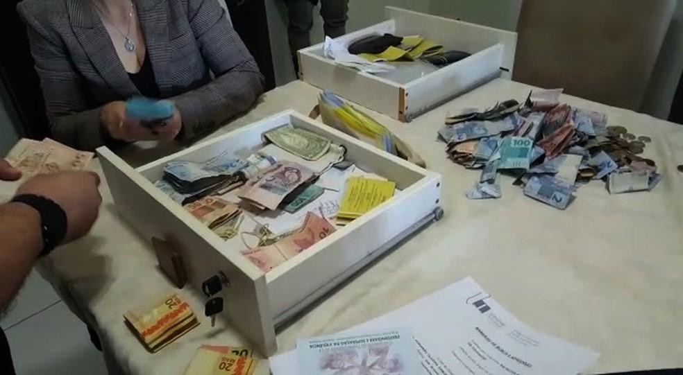 Dinheiro apreendido em fundo falso do guarda-roupa do vigário-geral de Formosa (Foto: TV Anhanguera/Reprodução)