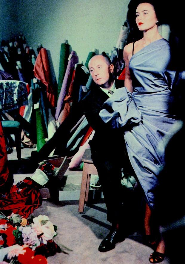 Christian Dior e a modelo Sylvie trabalham em peça por volta de 1948 (Foto: Divulgação)