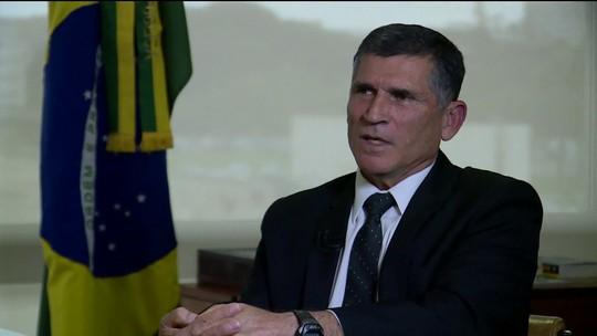 Santos Cruz diz à revista Época que governo é 'show de besteiras'