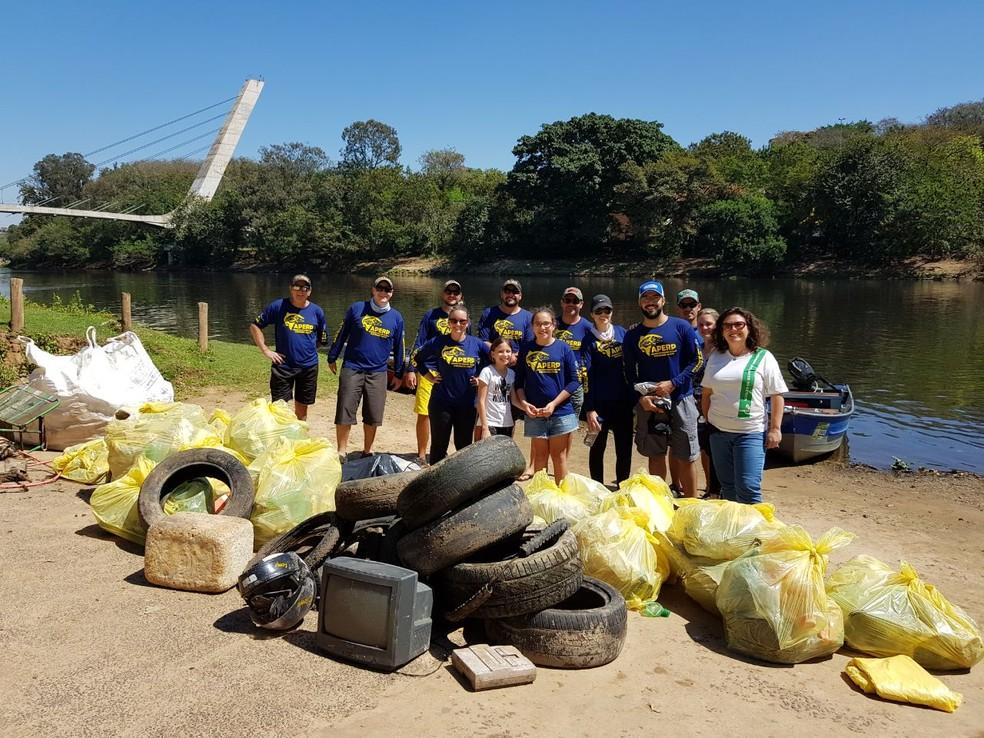 Vinte e nove pessoas participaram de ação para retirar lixo do Rio Piracicaba (Foto: Edson Leme/Aperp)