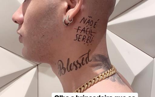 Mc Kevinho Faz Tatuagem No Pescoco Nao E Facil Ser Eu Revista Glamour Celebridades O cantor gabriel paixão soares, mas conhecido como mc g15 e autor do grande hit do momento deu onda, tatuou o nome da música em seu pescoço. mc kevinho faz tatuagem no pescoco