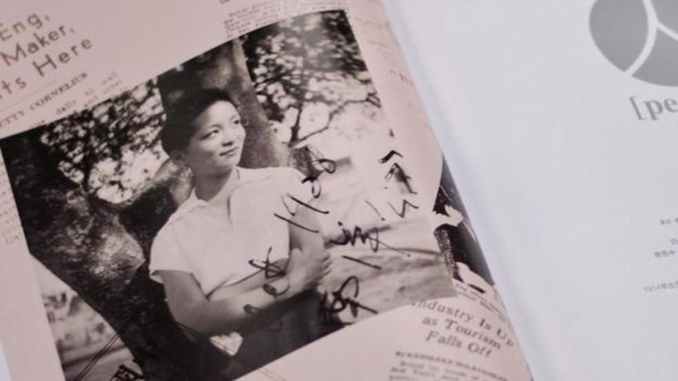 A revista chinesa Life trouxe reportagem sobre Esther Eng e uma entrevista com Louisa Wei  — Foto: Harriet Constable via BBC