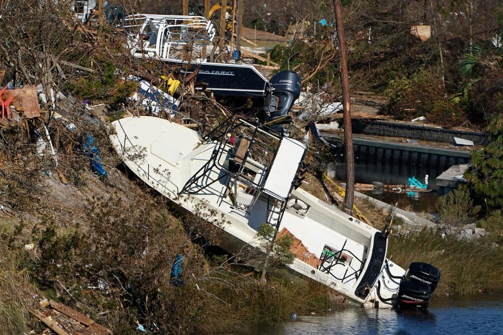Barco destruído após passagem do furacão Michael é visto em Mexico Beach, na Flórida — Foto: Carlo Allegri/Reuters