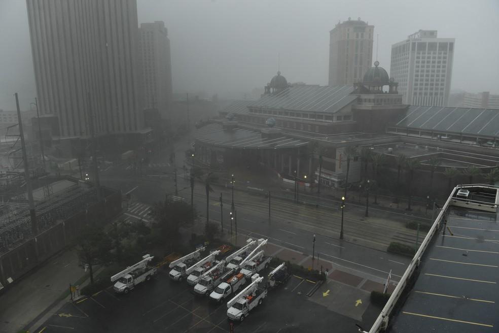 Foto de 29 de agosto de 2021 mostra a cidade de New Orleans, Louisiana, no primeiro dia da chegada do furacão Ida, que provocou ventos de 240 km/h — Foto: Patrick T. Fallon/AFP