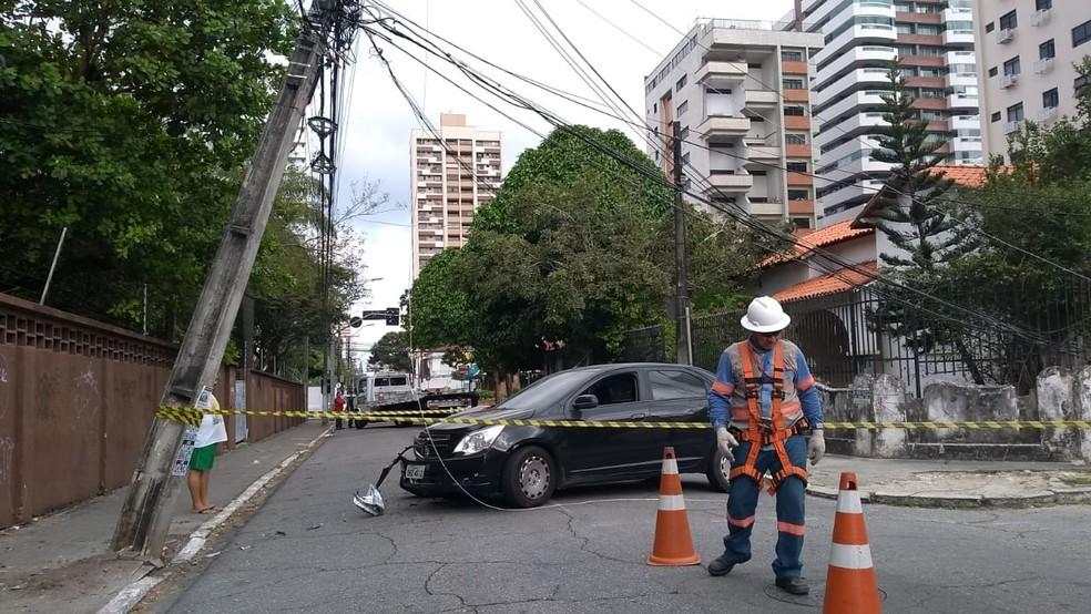 Carro atinge poste após motorista dormir ao volante, no Bairro Meireles, em Fortaleza. — Foto: Flávio Rovério/ SVM