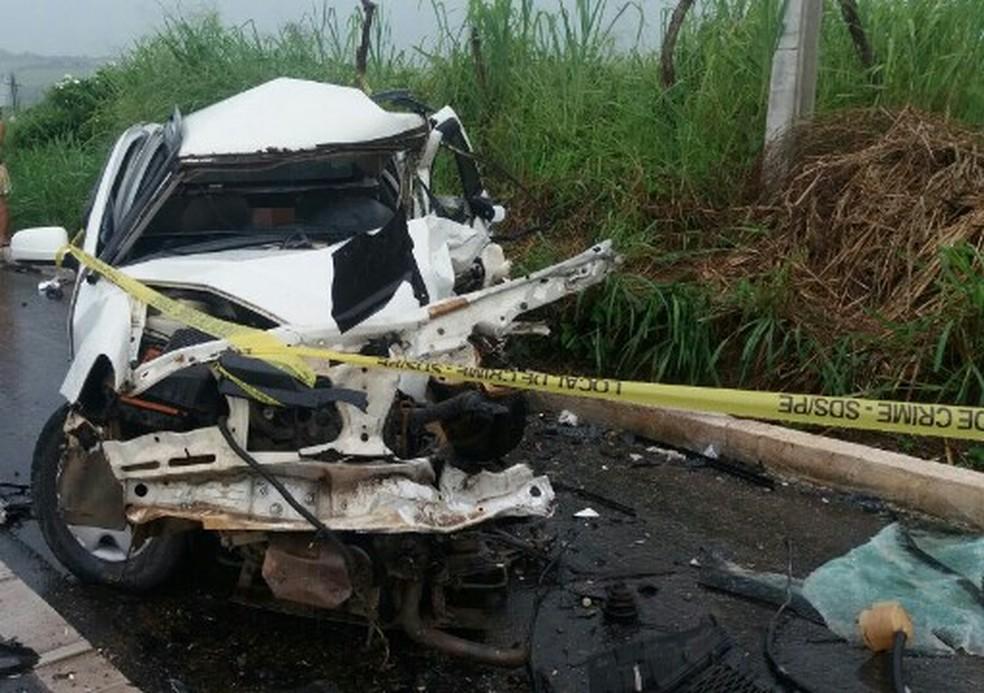 Carro onde estavam as vítimas do acidente ficou com parte da frente destruída, na BR-408, em Aliança, na Zona da Mata de Pernambuco (Foto: PRF/Divulgação)