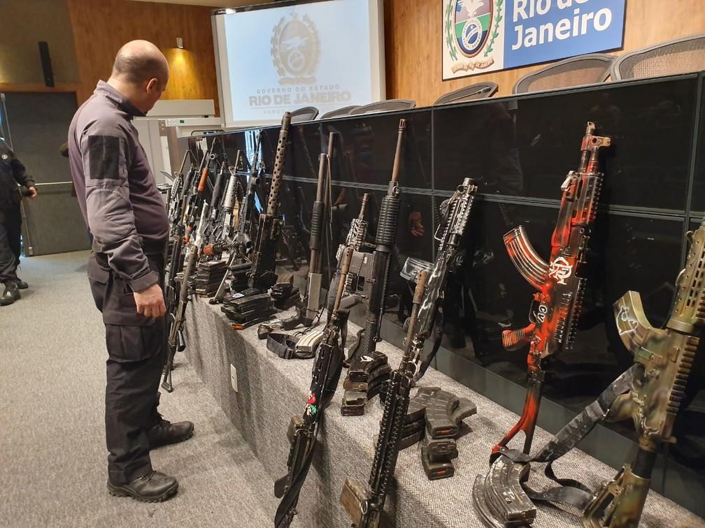 Armas apreendidas na Maré nesta quinta-feira (18) — Foto: Ari Peixoto/TV Globo