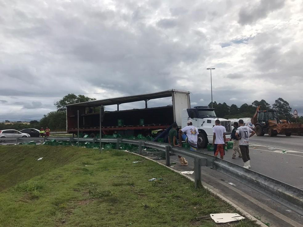 Carga de cerveja é saqueada após cair de caminhão em acesso da Dutra em Jacareí — Foto: Camilla Motta/ G1