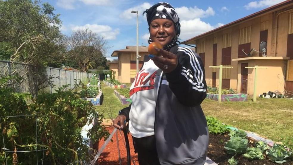 Jardins urbanos como os organizados por Nicole Fowles ajudam a surprir déficit de alimentos saudáveis — Foto: BBC