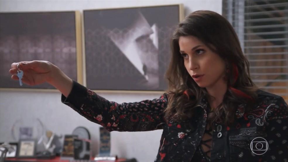 Carmela (Chandelly Braz) dá a chave do apartamento de Henrique (Nando Rodrigues) a Beto (João Baldasserini) - 'Haja Coração' — Foto: Globo