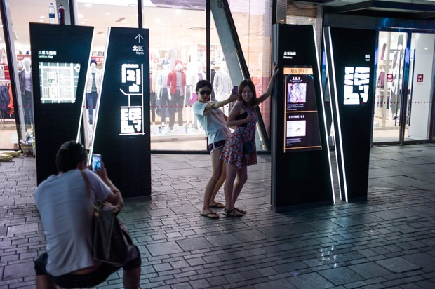 Caso fez tanto sucesso que chineses têm simulado diante da loja em Pequim atos sexuais (Foto: Fred Dufour/AFP)