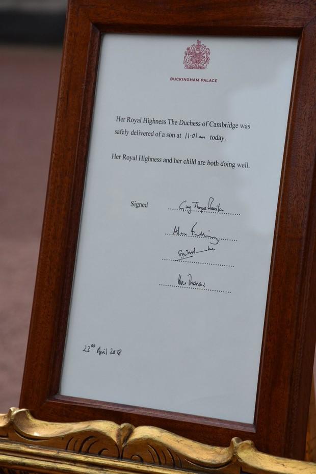 Aviso em frente ao Buckingham Palace (Foto: Reprodução/Twitter)