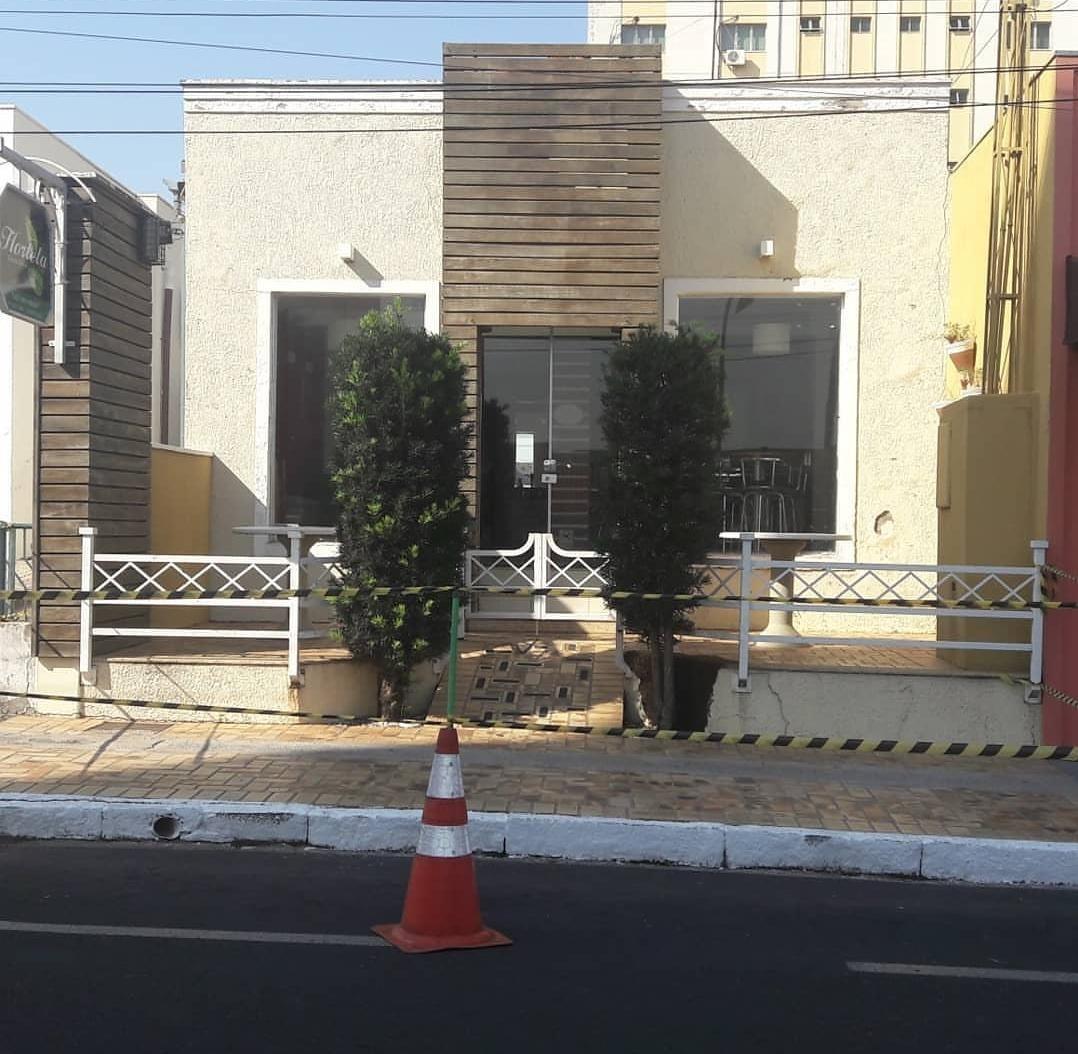 Loja é fechada e bombeiros isolam área para retirada de enxame de abelhas em Garça  - Notícias - Plantão Diário