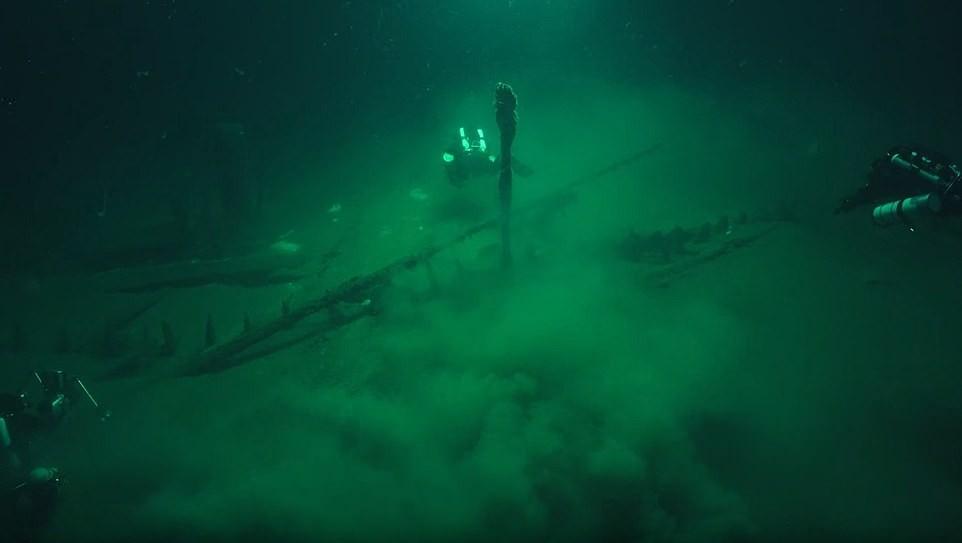 Arqueólogos se aproximam do navio (Foto: Divulgação)