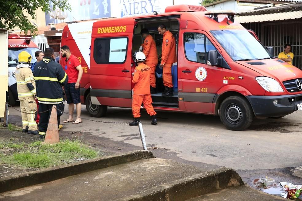 Corpo de Bombeiros faz atendimento a homem e mulher que tiveram corpos queimados (Foto: CBMDF/Divulgação)