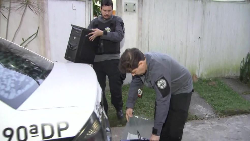 Agentes apreenderam computador e vários itens em uma casa em Vargem Grande, na Zona Oeste do Rio â?? Foto: Reprodução / TV Globo