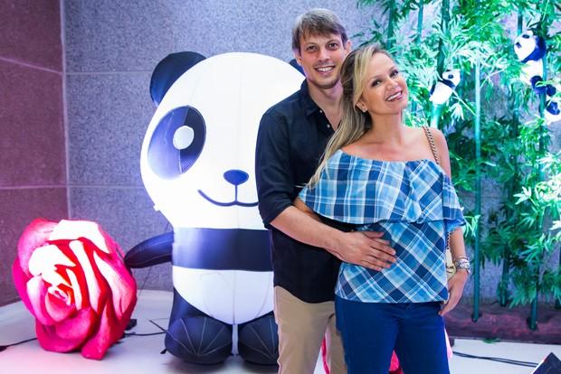 Eliana com o noivo Adriano (Foto: Manuela Scarpa/Brazil News)