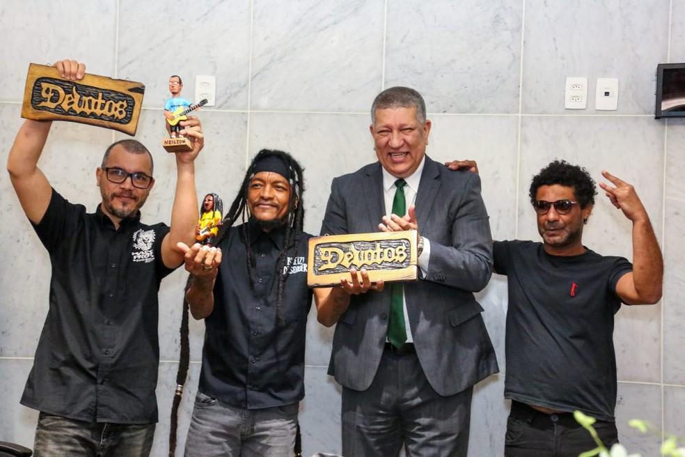 Integrantes da banda Devotos recebem homenagem na Assembleia Legislativa de Pernambuco (Alepe) — Foto: Jarbas Araújo/Alepe