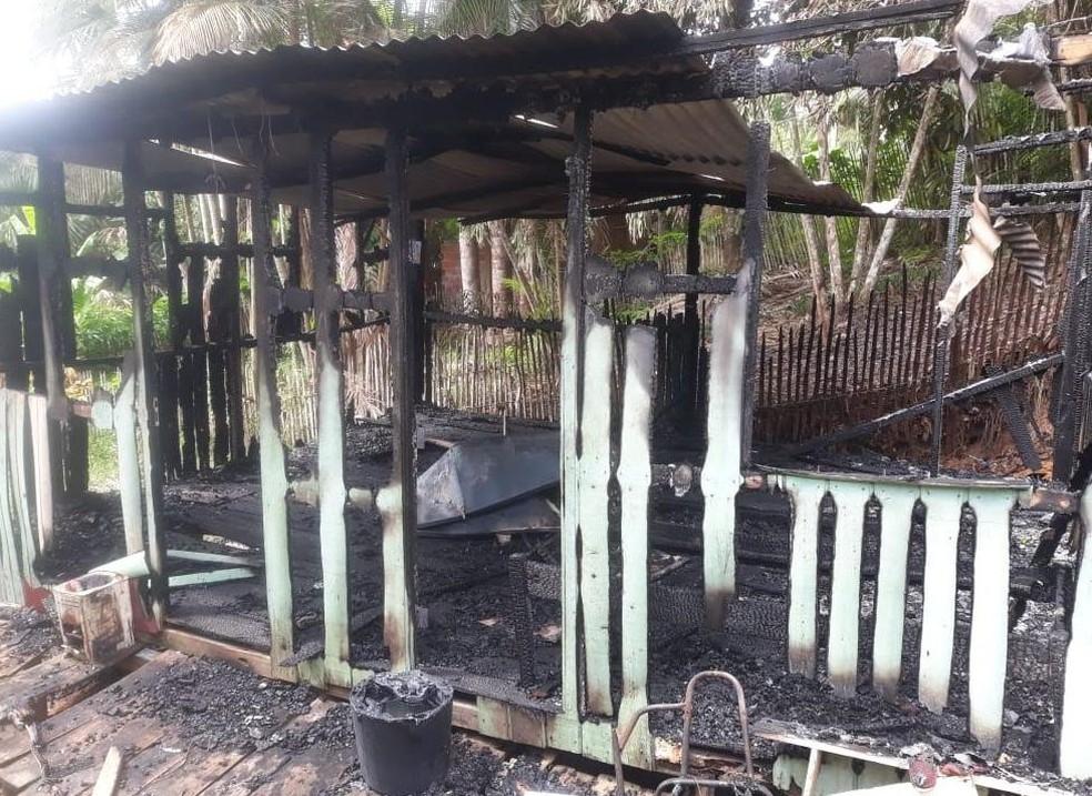 Após homem tocar fogo, casa teve perda total — Foto: Corpo de Bombeiros/Arquivo