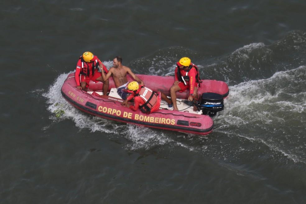 Homem pulou no Rio Capibaribe, durante o desfile do Galo da Madrugada, e foi resgatado de bote pelos bombeiros  — Foto: Marlon Costa/Pernambuco Press