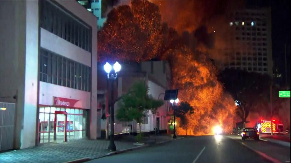 Momento que prédio desabou após incêndio no Centro de SP (Foto: TV Globo)
