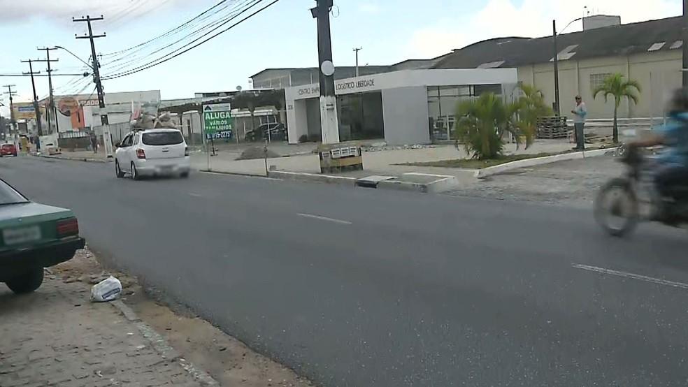 Assalto aconteceu em funerária localizada na Avenida Liberdade, em Bayeux, na Grande João Pessoa — Foto: Reprodução/TV Cabo Branco