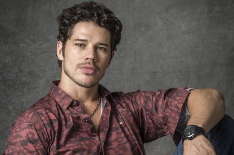 Junior (José Loreto), filho do prefeito e da primeira-dama, é obcecado por Luz (Marina Ruy Barbosa), que não corresponde o seu sentimento  (Foto: TV Globo)