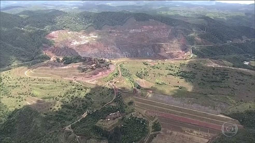 Barragem Sul Superior na frente da imagem à direita e ao fundo o talude Norte, na cava da Mina Gongo Soco, em Barão de Cocais — Foto: Reprodução/TV Globo