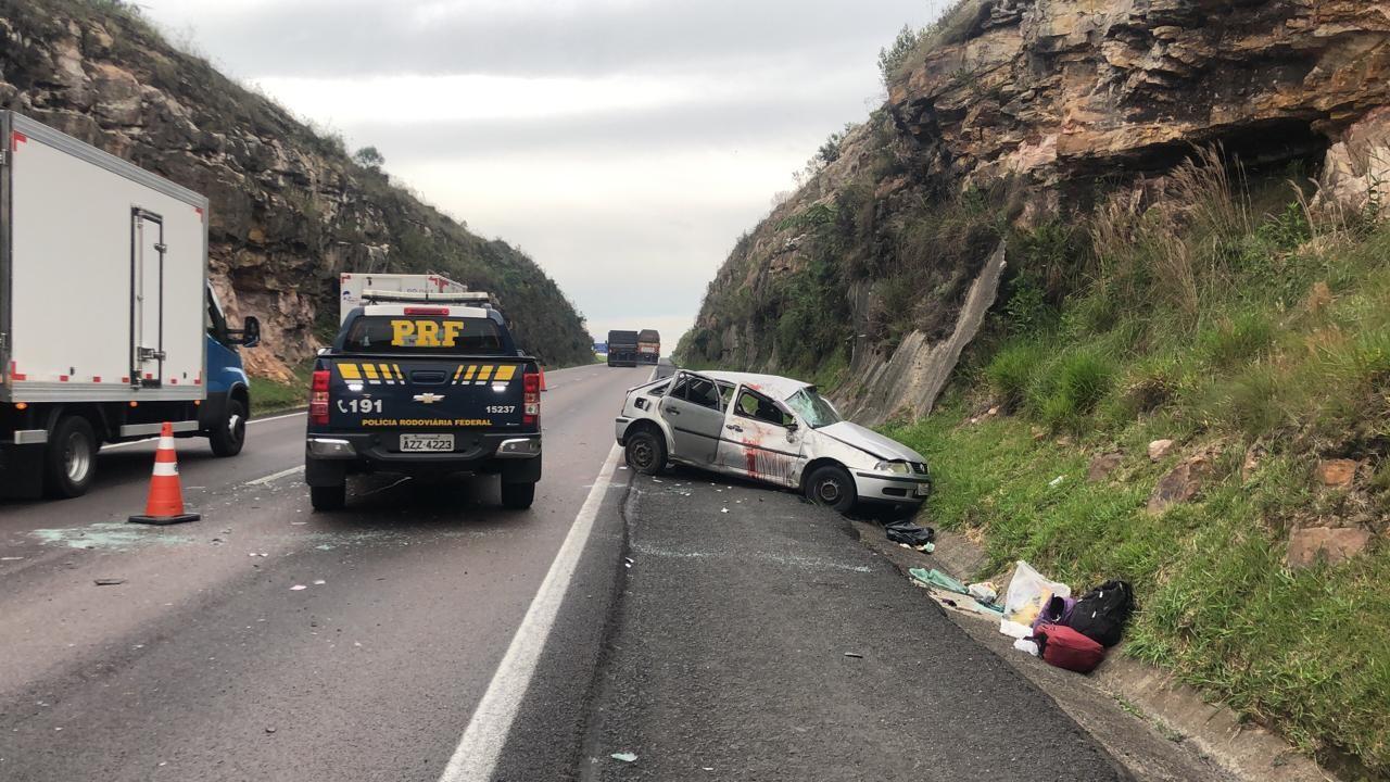 Uma pessoa morre e outras duas ficam feridas após capotamento de carro na BR-277, diz PRF