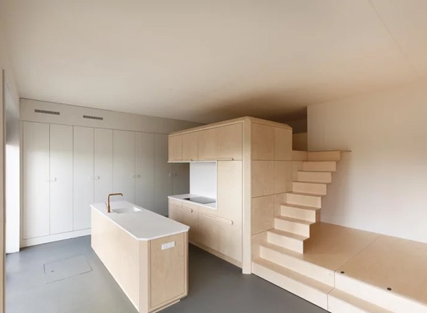 O design simples e básico dá espaço para a escolha variada da decoração (Foto: Tim Stet & Leonard Faustle/ Designboom/ Reprodução)
