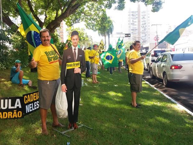 Manifestantes contra Dilma ocuparam canteiro central da avenida Afonso Pena, em Campo Grande (Foto: Priscilla dos Santos/ G1 MS)