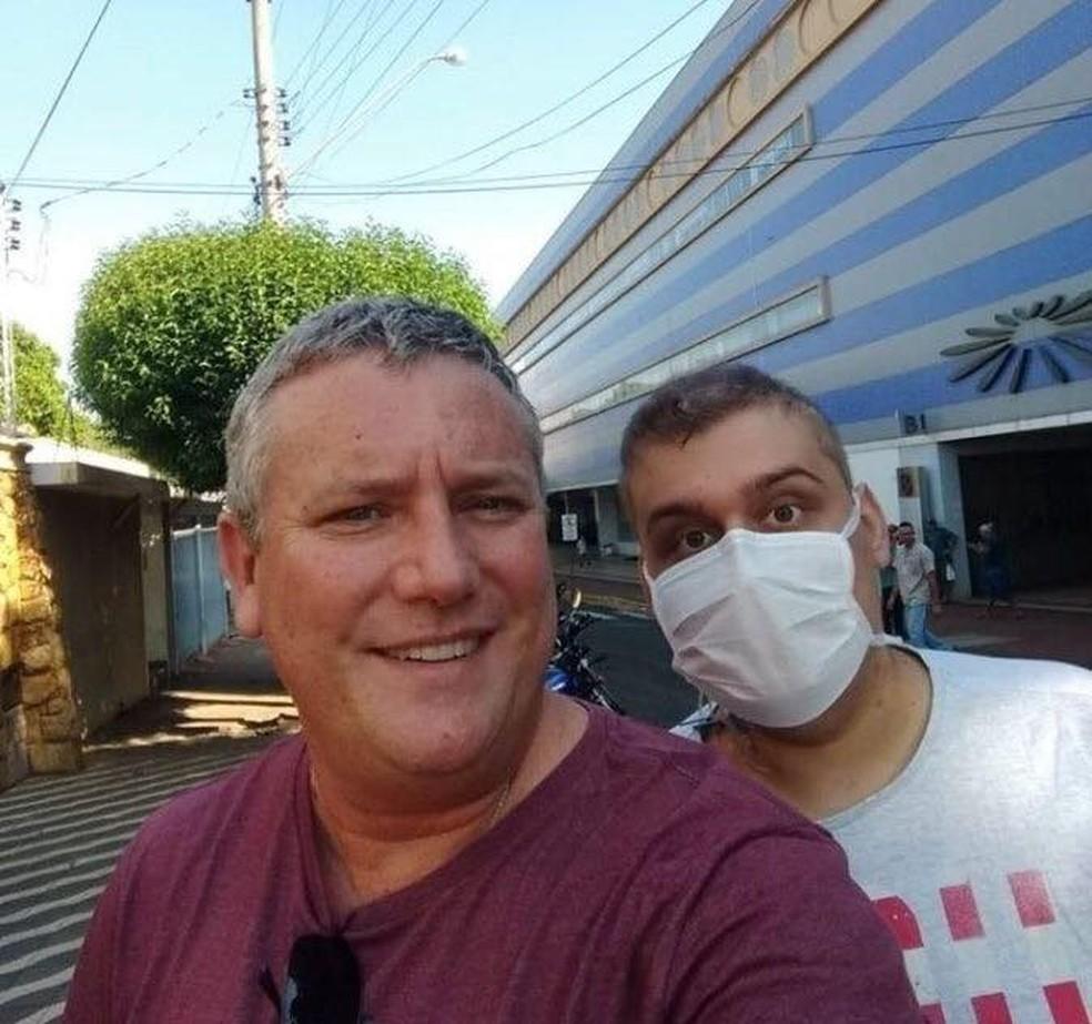 Pai e filho após a alta hospitalar em Jaú  — Foto: Arquivo pessoal