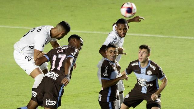 Disputa de bola em Santos x Corinthians