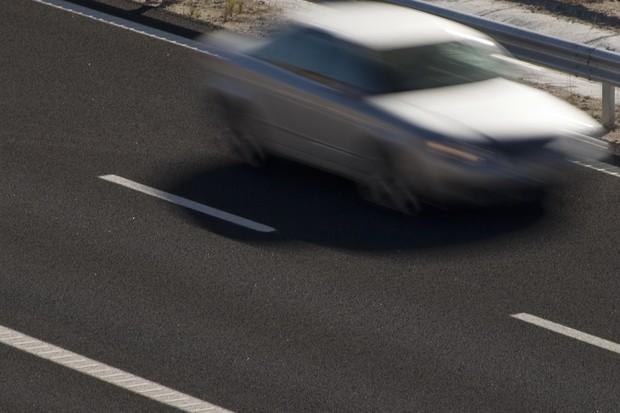 Carro em alta velocidade em estrada (Foto: Shutterstock)