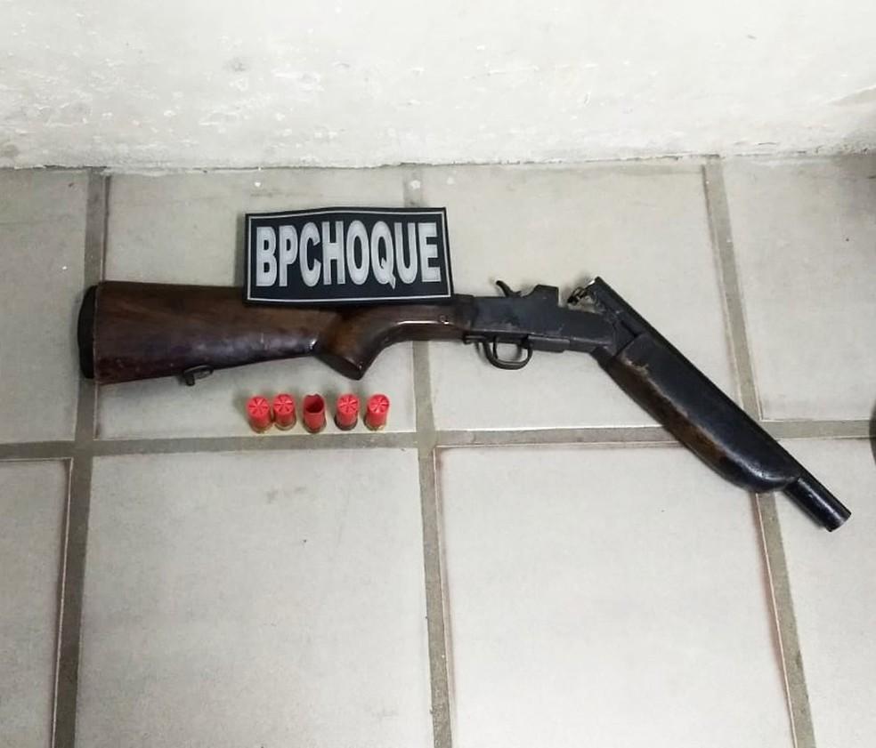 Um homem foi preso e uma espingarda calibre 12 e munições apreendidas — Foto: PMRN/Divulgação
