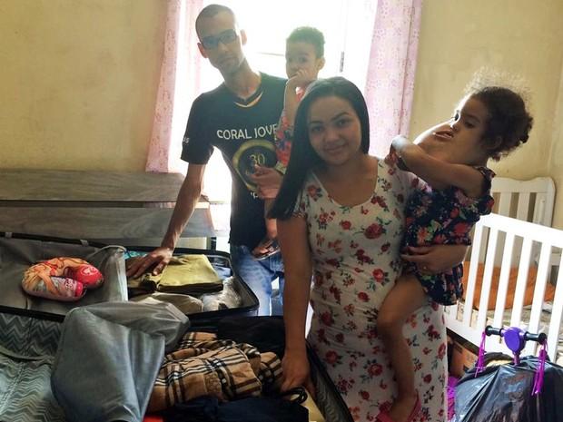amília viaja para os Estados Unidos para cirurgia de Melyssa (Foto: Gabriela Gonçalves / G1 )