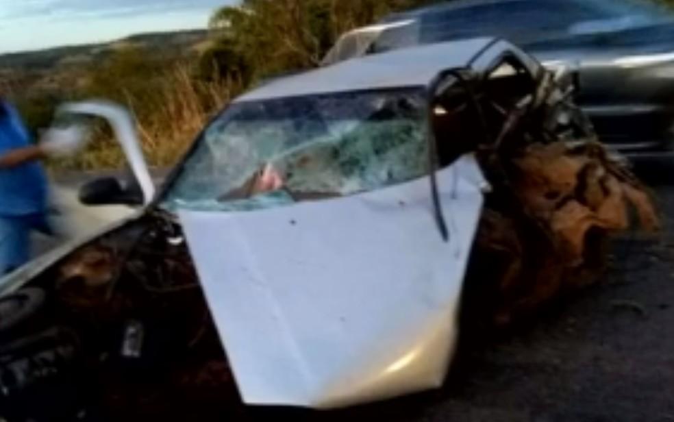 Acidente mata pai e filho na BR-153, em Jaraguá — Foto: Reprodução/TV Anhanguera