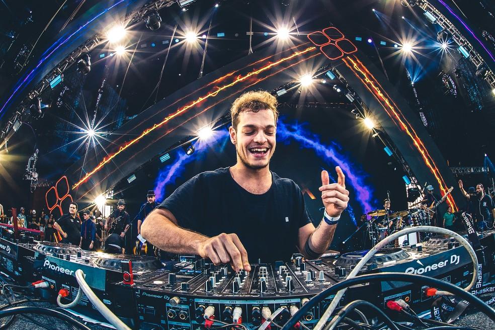 O DJ Bhaskar celebra estreia no Lollapalooza — Foto: Felipe Miranda/Divulgação