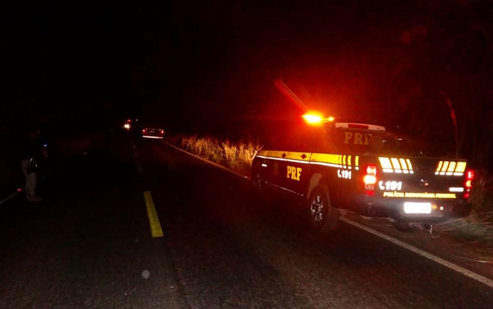 PRF na BR-135 atendendo ao acidente na rodovia do oeste da Bahia — Foto: Ivonaldo Paiva/Blog Braga