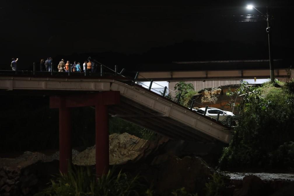 Pessoas em cima de ponte cuja cabeceira cedeu em Brusque — Foto: Patrick Rodrigues/NSC