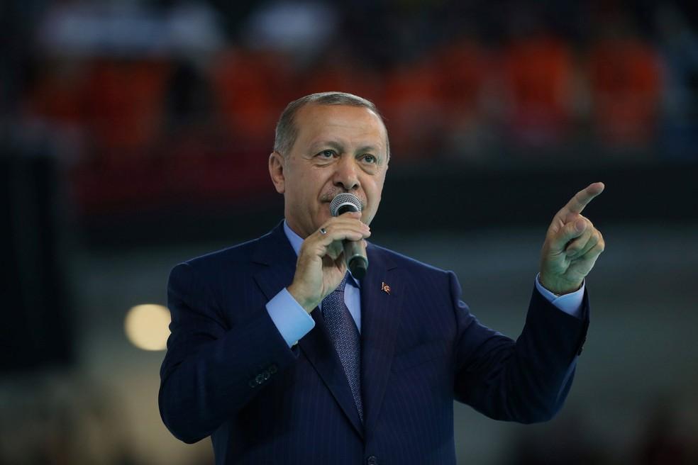 Presidente turco, Tayyip Erdogan, faz discurso em encontro do seu partido em Ancara, na Turquia, neste sábado (4)  (Foto: Murat Kula/Presidential Palace/ Reuters )