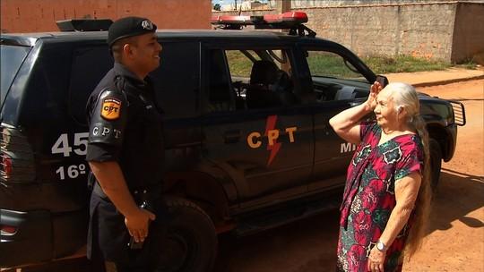 Idosa realiza aos 80 anos o sonho de andar em carro da polícia, em Formosa; vídeo
