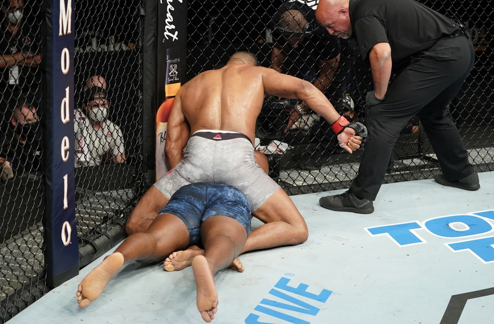 Alistair Overeem desfere os golpes que nocautearam Walt Harris — Foto: Getty Images