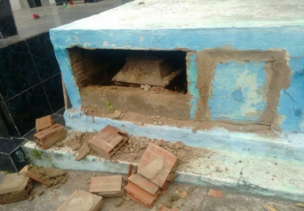 Viúva encontrou túmulo do sargento José Lúcio aberto e com tijolos espalhados, em Campina Grande (Foto: Reprodução/TV Paraíba)