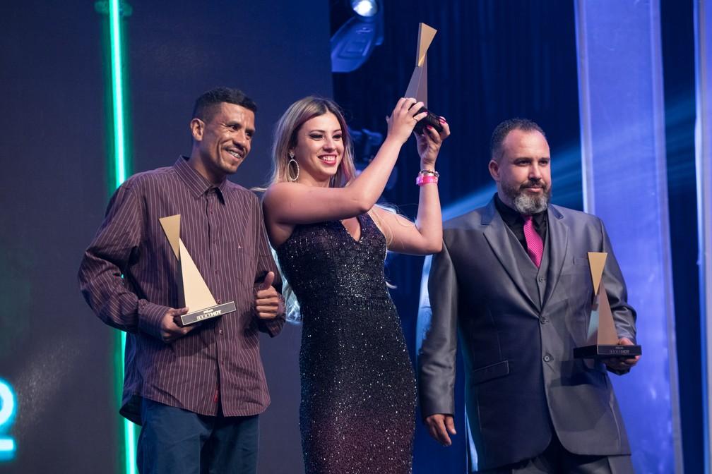Rob (à esquerda) e Patrícia Kimberly exibem troféu de Melhor Cena de Ménage no Prêmio Sexy Hot 2018 ? Foto: Celso Tavares/G1