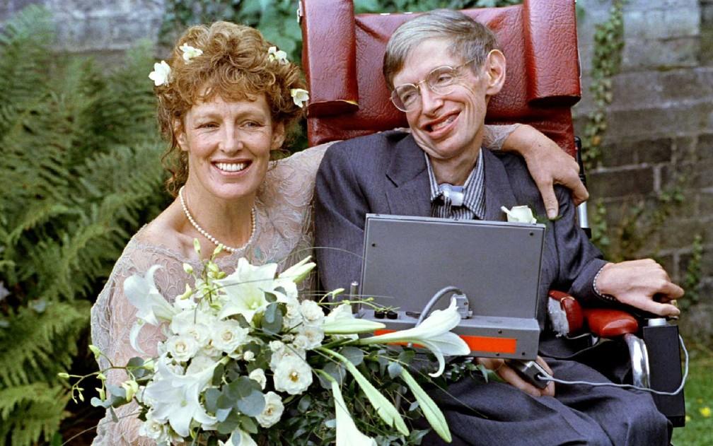 Hawking e sua nova noiva Elaine Mason logo cerimônia de casamento, em setembro de 1995 (Foto: Russell Boyce / Arquivo / Reuters)