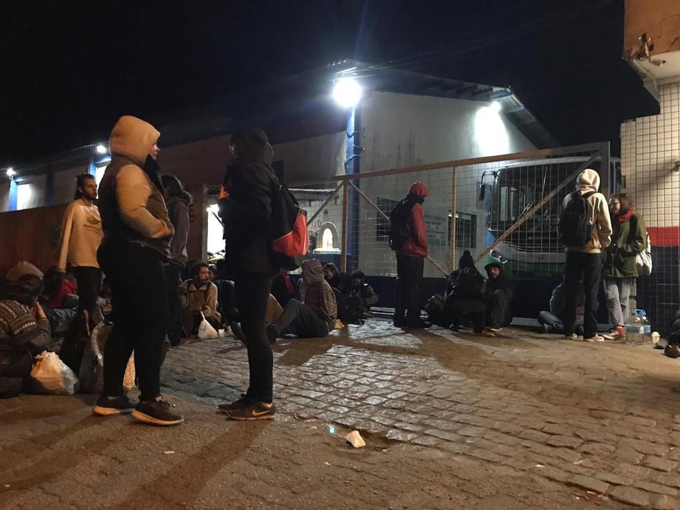 RIO GRANDE, 6h: garagem de empresa de ônibus bloqueada — Foto: Yessica Lopes/RBS TV