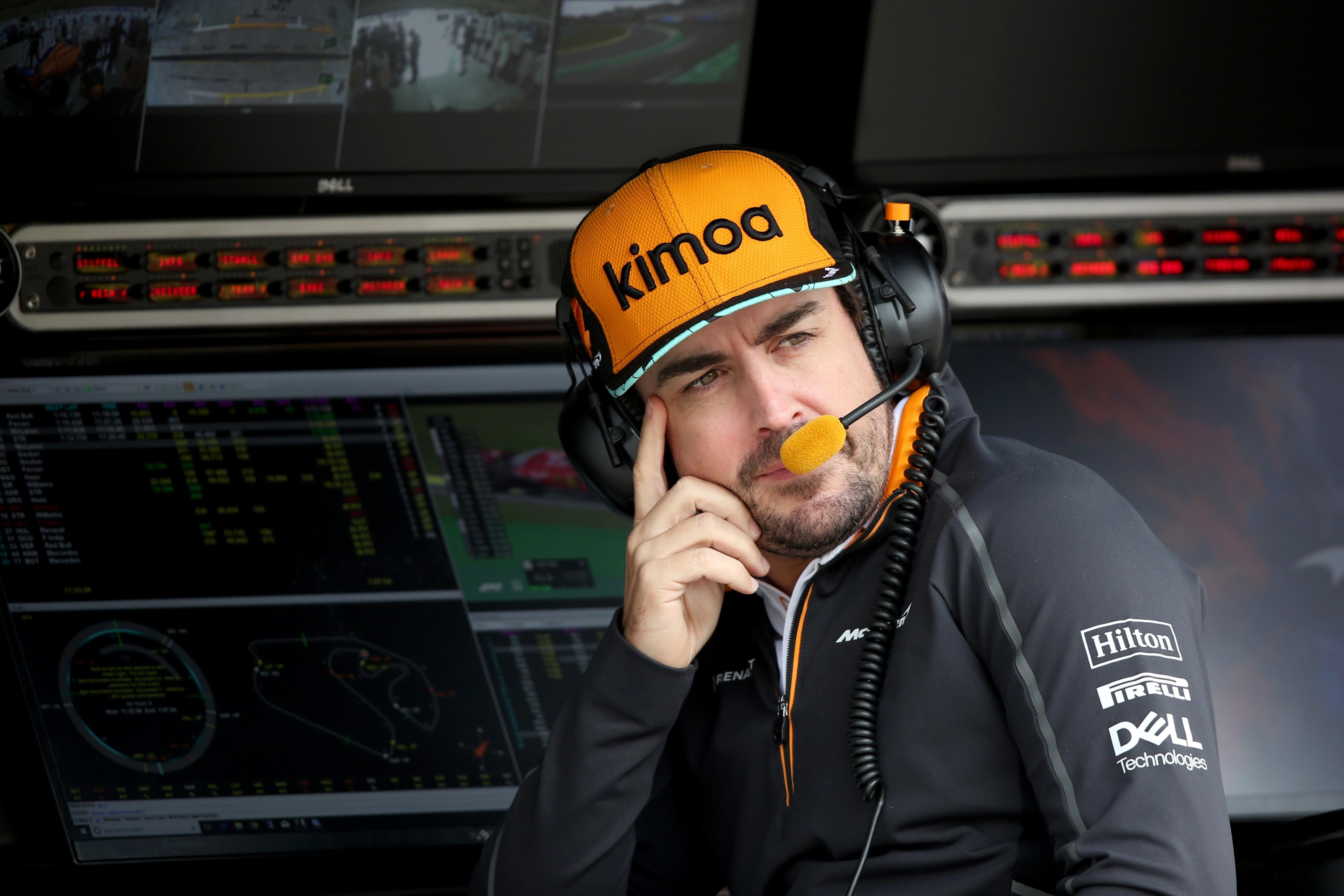 Fernando Alonso em Interlagos durante o primeiro dia de treinos do GP do Brasil, seu último como piloto da Formula 1 (Foto: Getty Images / Charles Coates)