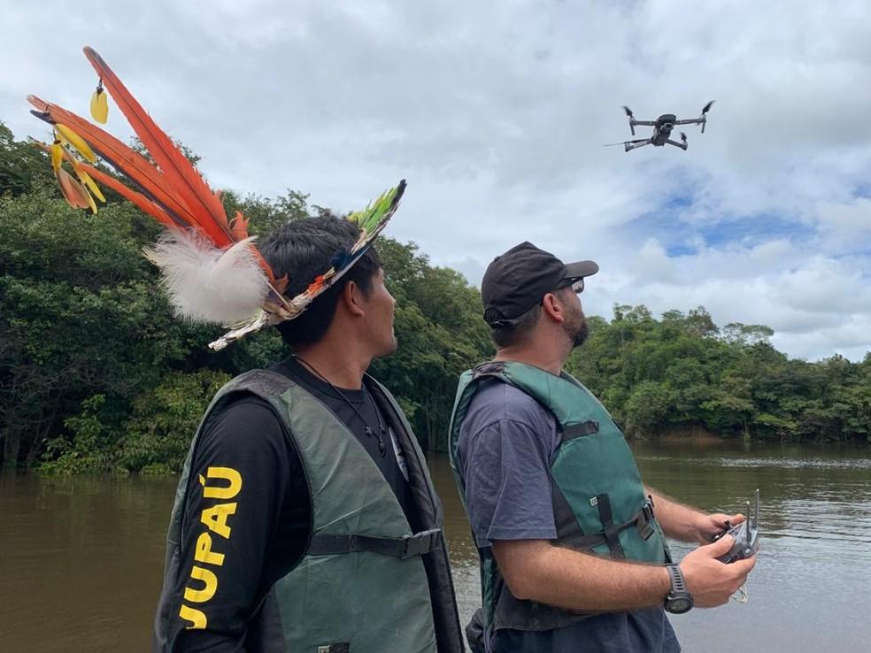 Awapu Uru-Eu-Wau-Wau aprendendo a pilotar drones durante treinamento da WWF em Porto Velho. — Foto: Priciele Venturini/ Rede Amazônica